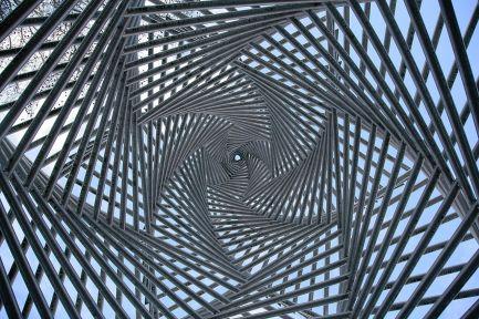 1280px-Goe_Platz_der_Synagoge_Detail